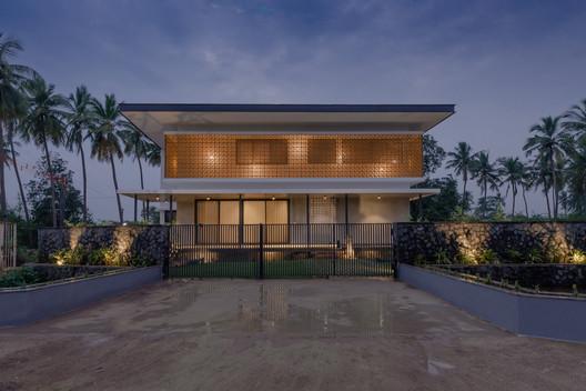 Casa en una arboleda / STO.M.P