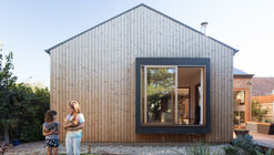Urban Barnyard House / Inbetween Architecture