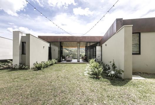 House Entremuros / Bassico Arquitectos