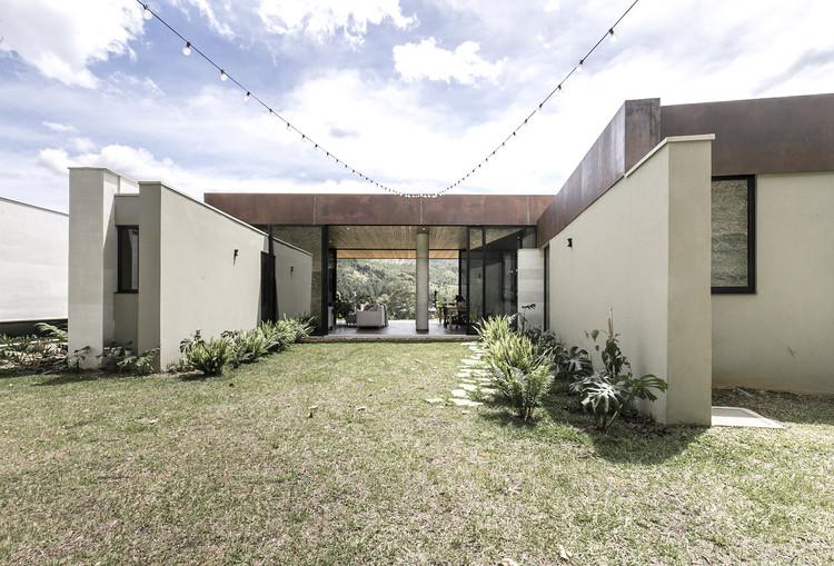Casa Entremuros / Bassico Arquitectos, © Artefacto