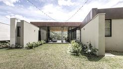 Casa Entremuros / Bassico Arquitectos