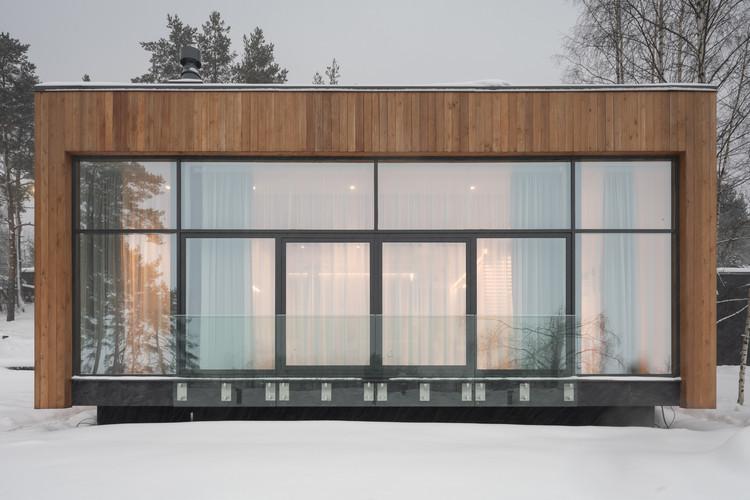 House on the bank  / Aleksandr Mochalov, © Dmitrii Tsyrencshikov