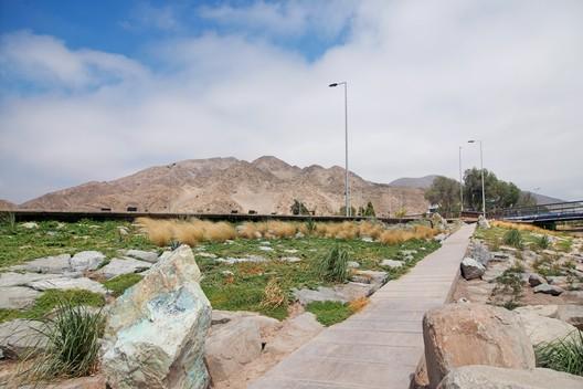 Kaukari Urban Park, designed in the desert city of Copiapó (Chile) by the Teodoro Fernández Arquitectos office. Image © Rodrigo Opazo