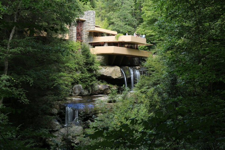 "Por que os arquitetos adoram projetar casas? | 0227 0231, © <a href=""//commons.wikimedia.org/w/index.php?title=User:Euelbenul&amp;action=edit&amp;redlink=1"">User:Euelbenul</a> - <span>Own work</span>, <a href=""https://creativecommons.org/licenses/by-sa/4.0"">CC BY-SA 4.0</a>, <a href=""https://commons.wikimedia.org/w/index.php?curid=51360903"">Link</a>. ImageCasa Fallingwater, projeto icônico projetado por Frank Lloyd Wright em 1939"