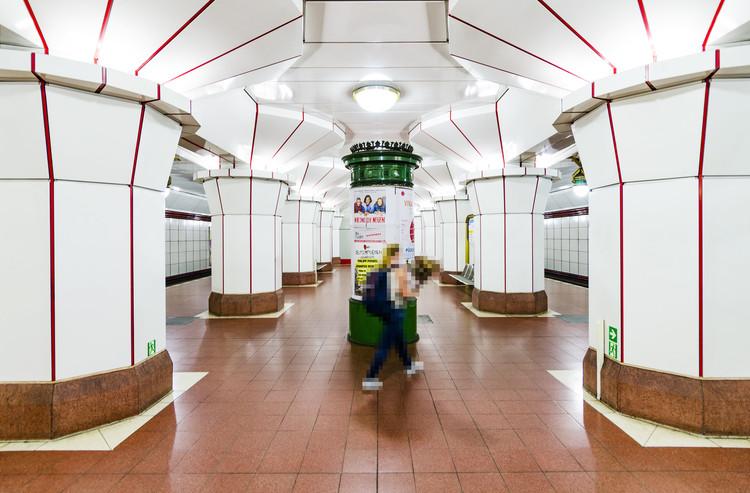 Felipe Lavín explora la soledad entre la multitud del Metro de Berlín , Estación Altstadt Spandau en el Metro de Berlín. Image © Felipe Lavín