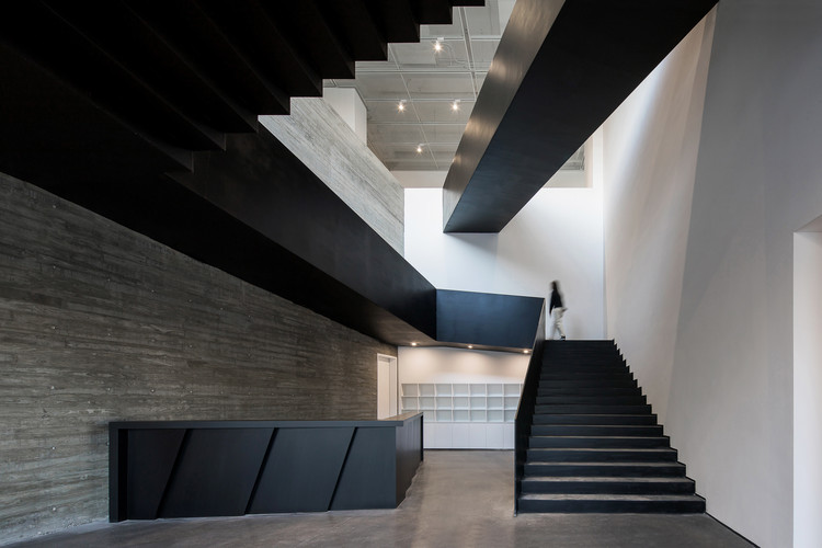 Zhi Art Museum  / MOZHAO ARCHITECTS, Reception and staircase. Image © Chao Zhang