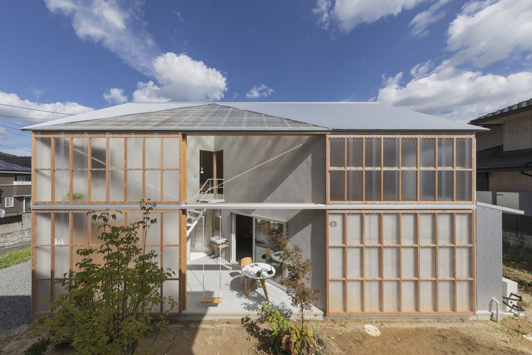 House in Sonobe / Tato Architects, Exterior view from Southwest. The large siding door of the Sunroom is opened