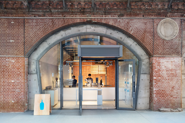 Blue Bottle Coffee Kanda Manseibashi Cafe / Schemata Architects, © Takumi Ota
