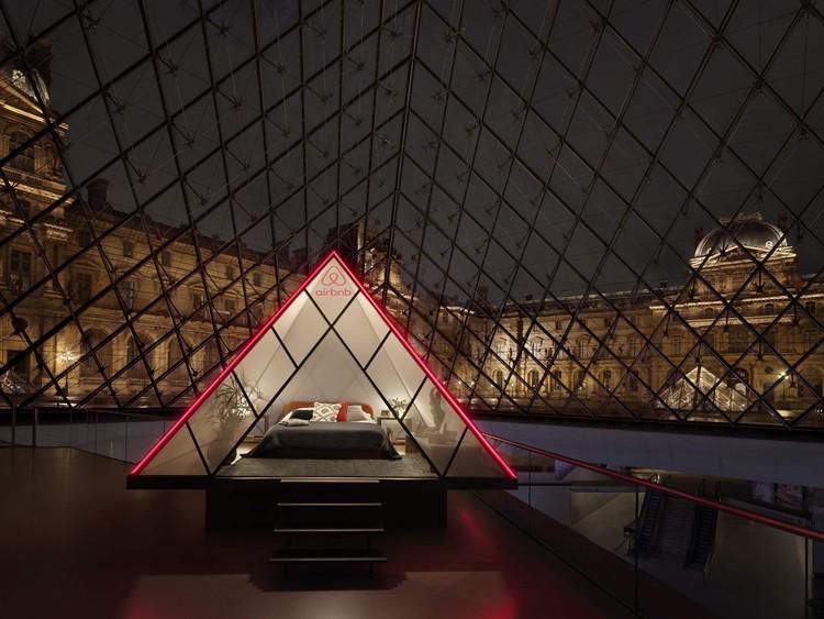 Airbnb oferece a chance de passar uma noite sob a pirâmide de vidro do Museu do Louvre, © Julian Abrams