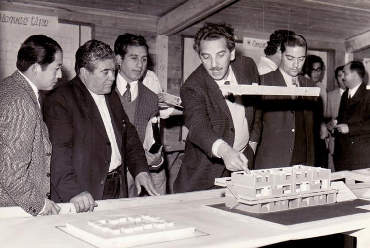 Miguel Lawner, Premio Nacional de Arquitectura 2019 en Chile , Lawner mostrando la Villa San Luis, Gobierno popular, 1973. Image Cortesía de Miguel Lawner