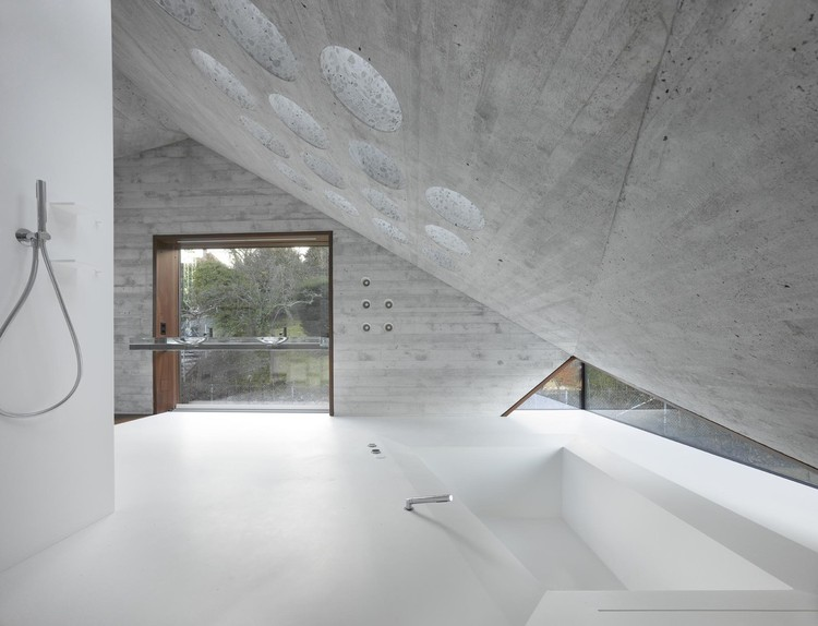 Béton Brut Bathrooms: The Beauty of Concrete in Intimate Spaces, © Roland Halbe