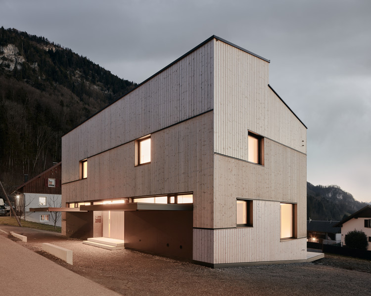 Semi Detached House on a Hillside / MWArchitekten, © Adolf Bereuter