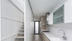 V19 Residência entre empenas / Viraje arquitectura