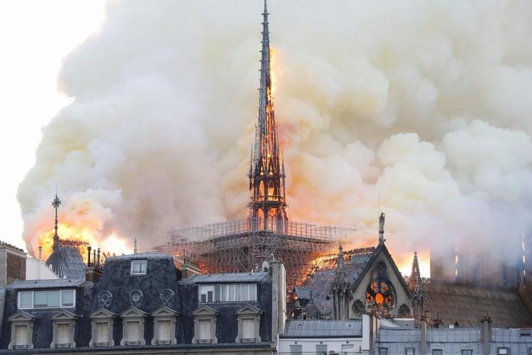 """""""Catedral efêmera"""" de madeira será construída em frente à Notre-Dame para receber fiéis e turistas, Incêndio na Notre-Dame. Imagem © Fabien Barrau/AFP"""