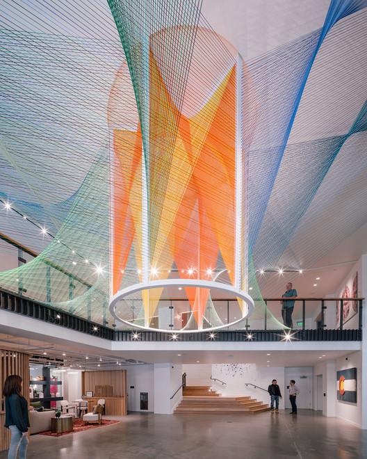Corolla, hilos que exploran las posibilidades del movimiento y los colores utilizando efectos ópticos, © Miguel de Guzmán