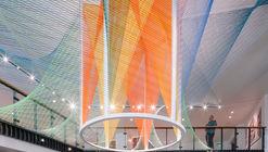 Corolla, hilos que exploran las posibilidades del movimiento y los colores utilizando efectos ópticos