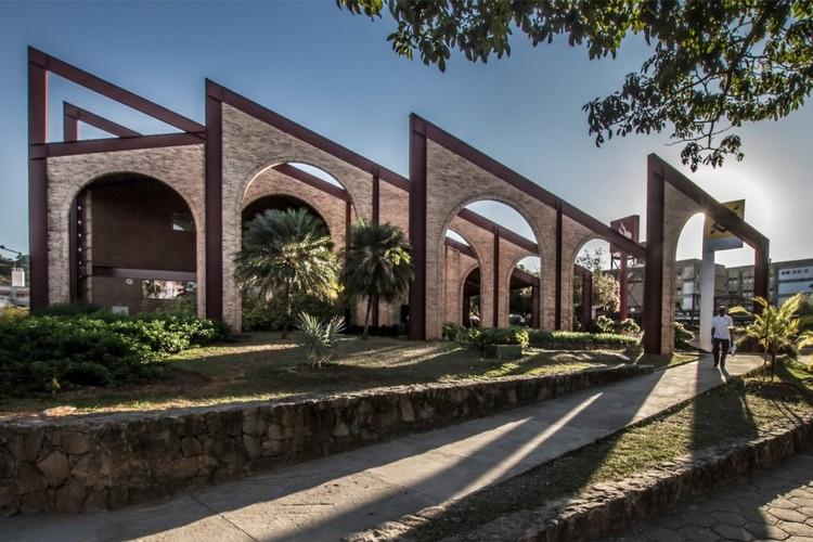 O campus universitário como espaço público aberto para a cidade, Praça de Serviços da UFMG – vista de um dos acessos às varandas (Loggias). Fonte: Centro de Informação Técnica da UFMG, 2018 / Foto: Junia Mortimer, 2012