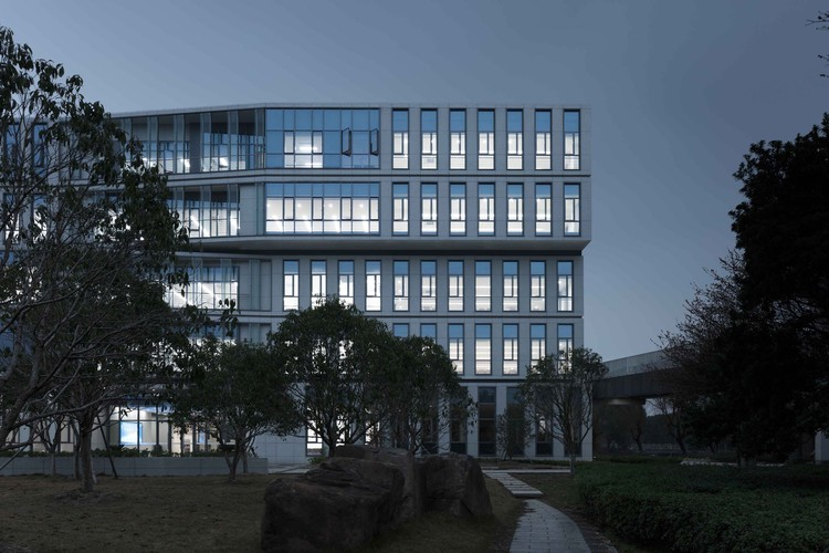 Comprehensive Building of Ningbo Institute of Technology, Zhejiang University / UAD, Functional classrooms are setting as far as possible on the left and right sides of the building. Image © Mingming Fan