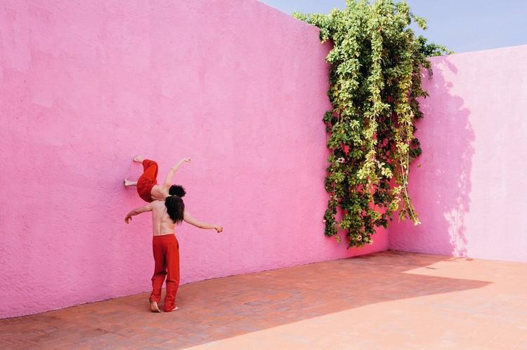 La danza de la arquitectura: videos que exploran ciudades y espacios a través del cuerpo, Cortesía de NOWNESS