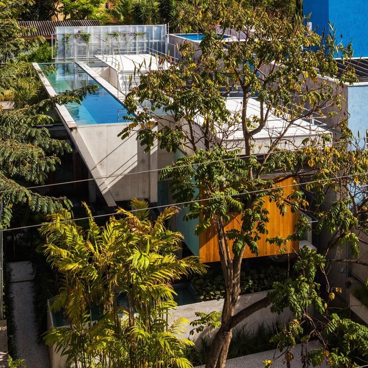 Casas brasileras que usan la piscina como elemento protagonista, Casa de fin de semana en el Centro de São Paulo / spbr arquitetos. Imagem: © Nelson Kon