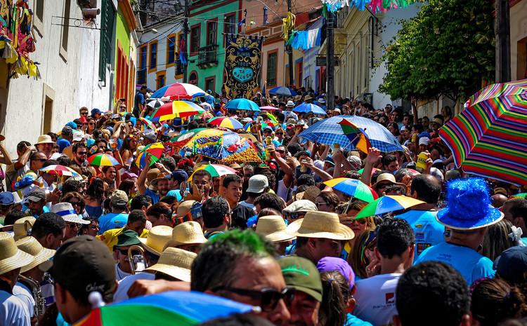 """Dicionário Iphan do Patrimônio Cultural: o que é """"cultura popular"""", Carnaval em Olinda, PE. Foto: Ralph Fernandes, via Flickr de Circuito Fora do Eixo; licença CC BY-SA"""