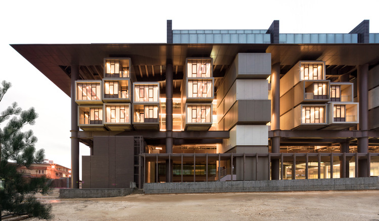 Antakya Museum Hotel: uma ousada estratégia de preservação histórica, As its name implies, the Antakya Museum Hotel is an unlikely hybrid in its program and architecture. As to the latter, the structure combines prefabricated concrete blocks with steel—a lot of it.. Image Courtesy Cemal Emden