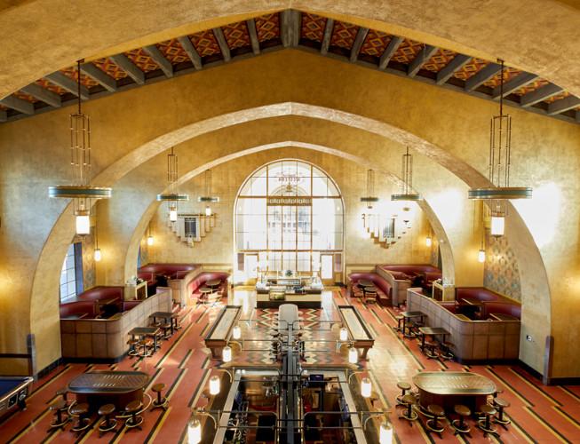 Los Ángeles reutiliza sus edificios históricos para convertirlos en hoteles, Imperial Western Beer Company . Image Courtesy of Jessica Sample via Metropolis