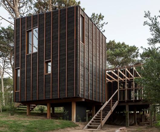 House in La Juanita / Delfina Riverti + FRAM arquitectos