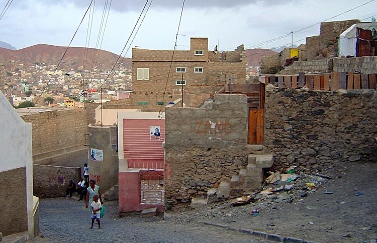 La arquitectura y urbanismo de Favela-Barrio será implementada en Cabo Verde, Favelas en Mindelo, ciudad de Cabo Verde que recibirá el proyecto de urbanización. Foto: Francisco Santos