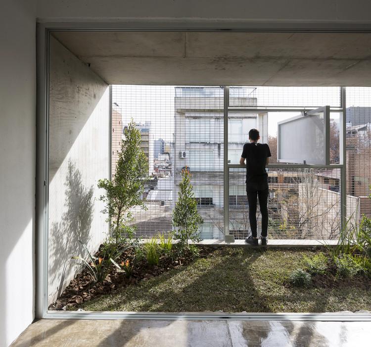 Fachadas metálicas en Buenos Aires: ¿Cómo otorgar privacidad y apertura al mismo tiempo?, © Javier Agustín Rojas