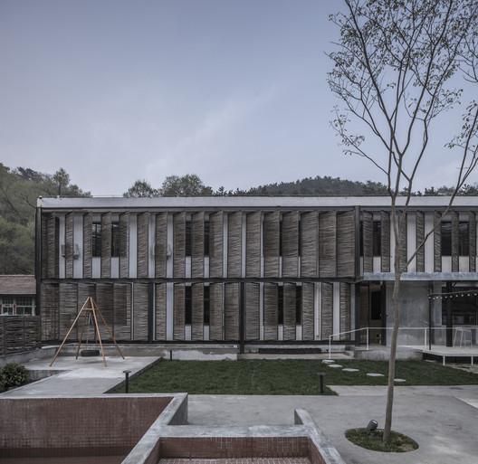 Exterior facade and courtyard. Image © Weiqi Jin