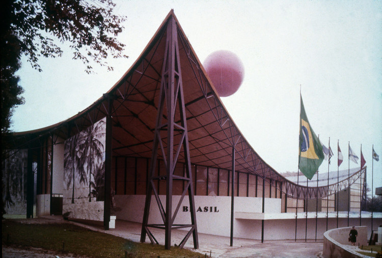 Conheça todos os pavilhões brasileiros que já participaram das Exposições Internacionais, Pavilhão Brasileiro da Exposição de 1958 em Bruxelas. Cortesia de Bernardes Arquitetura
