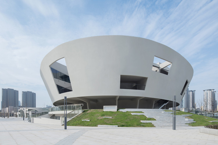 "China Light and Textile City Fashion Show Center / WAU Design, Outer Ring_""stage"" hole. Image © Zhi Xia"