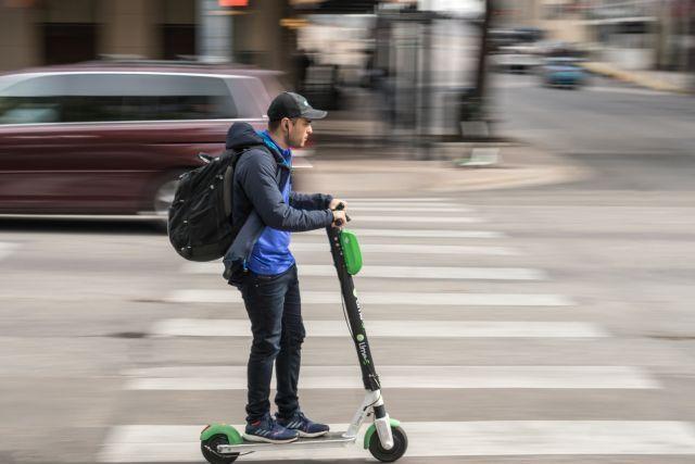 Os patinetes que estão tomando conta das cidades são seguros? Um olhar para as evidências, Usuário de patinete em Austin, Texas. Foto: James Cage/Flickr