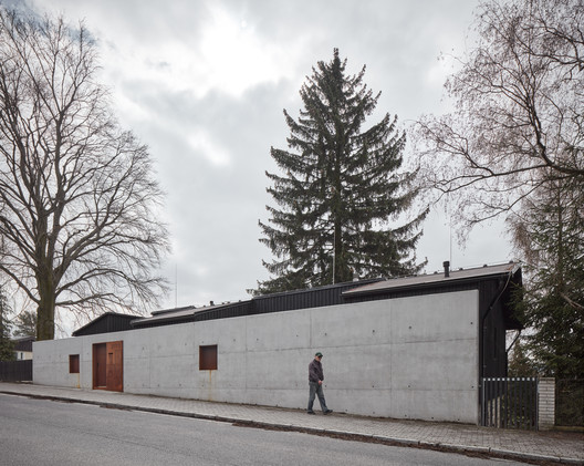 House Behind the Wall / Mjölk architects