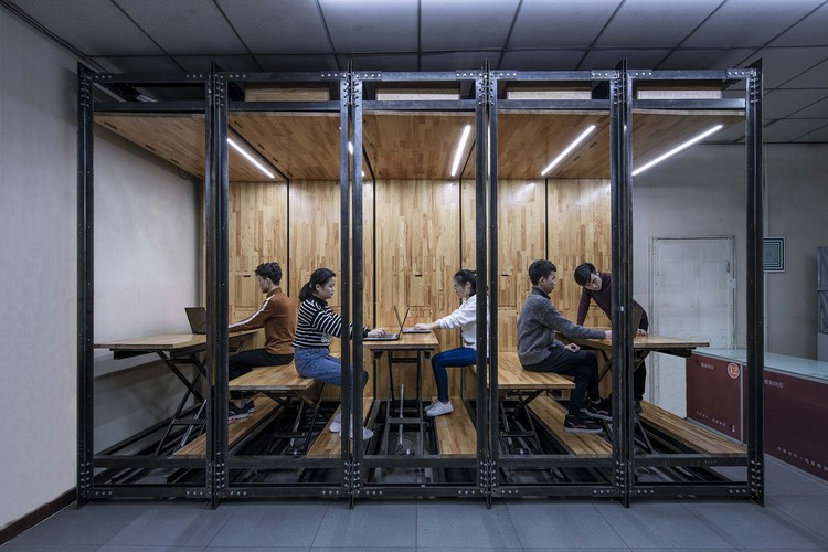 9.639, An Inserted Variable Office / LUO studio, Several people working together. Image © Weiqi Jin