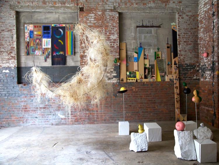 """Artistas mexicanos presentan exhibición colectiva en Nueva York: 'Twilight Chorus', Vista general de las piezas de la muestra """"Twilight Chorus"""". Image © The Chimney"""