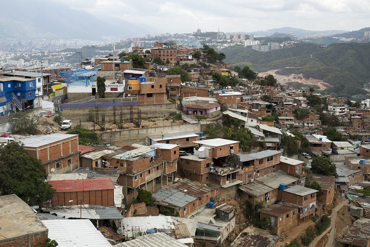 """Habitação social na América Latina: Sequência de desenho, <a href='https://www.plataformaarquitectura.cl/cl/785617/conoce-la-nube-una-nueva-forma-de-contemplar-caracas-venezuela'>Proyecto """"La Nube"""" en Caracas, Venezuela</a>. Imagem © Miguel Braceli"""