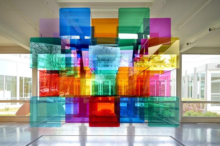 Instalação artística transforma a Casa McCormick de Mies van der Rohe em um espaço imersivo de luz e cores, © John Faier