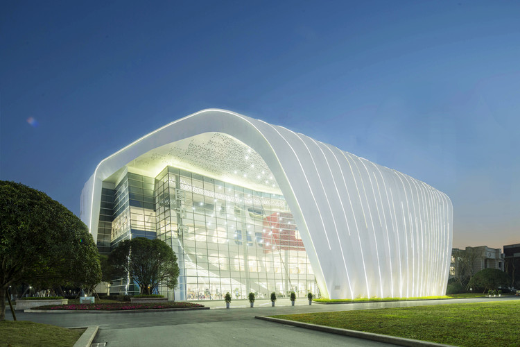Chongqing Real Estate College Library / PH Alpha Design, night view. Image Courtesy of PH-Alpha Design