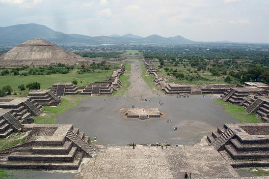 Vista del Conjunto de Teotihuacán desde la Pirámide de la Luna. Jackhynes [Public domain]. Image via Wikimedia Commons