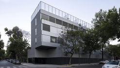 Edificio la vecindad plaza Mafalda / Adamo Faiden