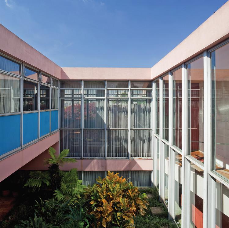 """Exposição """"Casas Paulistas: 2000 - 2017"""" explora o espaço do sonho na arquitetura paulista, Jardim central da Casa Taques Bittencourt, Carlos Cascaldi e João Vilanova Artigas, 1959. Foto: © Nelson Kon"""