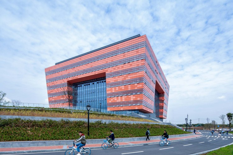 Chengdu University Library / China Southwest Architectural Design and Research Institute, View from southeast . Image © Arch-Exist