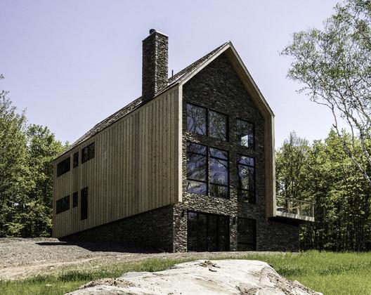 Casa de piedra y madera / Mago Architecture