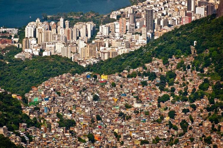 Prefeitura do Rio institui assistência técnica em habitação de interesse social proposta por Marielle Franco, Em primeiro plano, a favela da Rocinha. Image Cortesia de CAU/BR