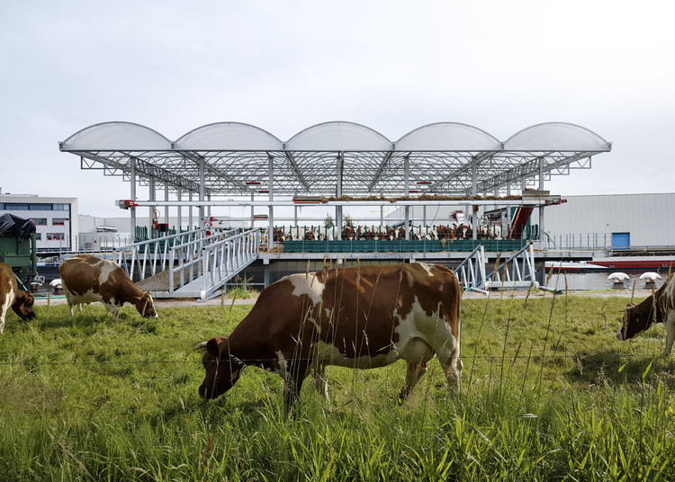 Floating Farm Dairy / Goldsmith Company, © Ruben Daio Kleimeer