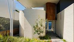 Sunshine Beach House / PopovBass