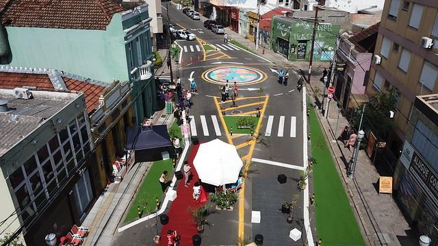 Antes e depois: medição de impacto em 3 cidades que estão implementando Ruas Completas, Intervenção e urbanismo tático em cruzamento da rua João Alfredo, em Porto Alegre. Foto: Daniel Kener Neto/WRI Brasil