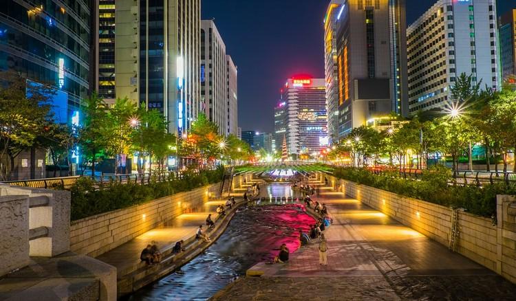 Drenagem urbana sustentável para a concretização de metas de ODS/ONU, Renaturalização do rio Cheonggyecheon em Seul – Coréia do Sul  Fonte: https://www.koreapost.com.br/wp-content/uploads/2016/01/Rio-Cheonggyecheon-Seul.jpg. Cortesia das autoras